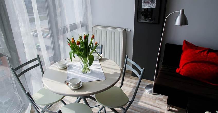 saveti za uređenje apartmana sto sa cvećem