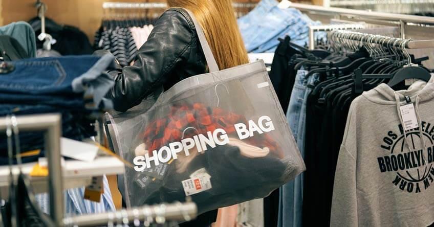 devojka sa šoping torbom