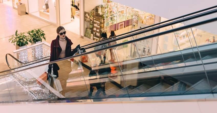 šoping centar žena na pokretnim stepenicama