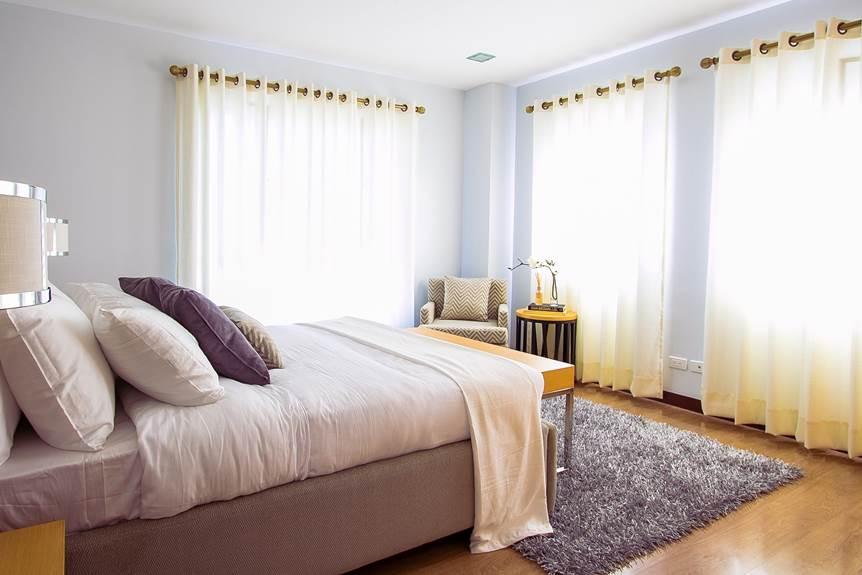 Spavaca soba sa okacenim zavesama