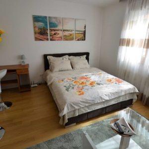 bračni krevet u apartmanu
