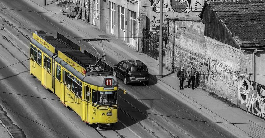 Zuti tramvaj u ulici u Beogradu